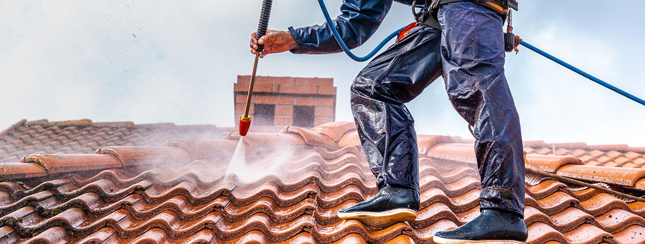 Dachreiniger beim Reinigen eines Daches