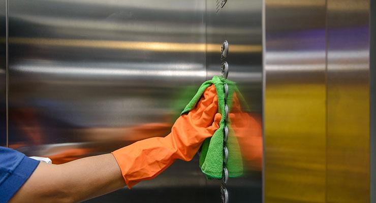 Dieses Bild zeigt eine Person, die einen Aufzug reinigt
